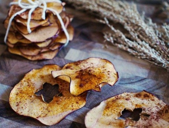 Healthy Snacks: Turmeric Apple Chips